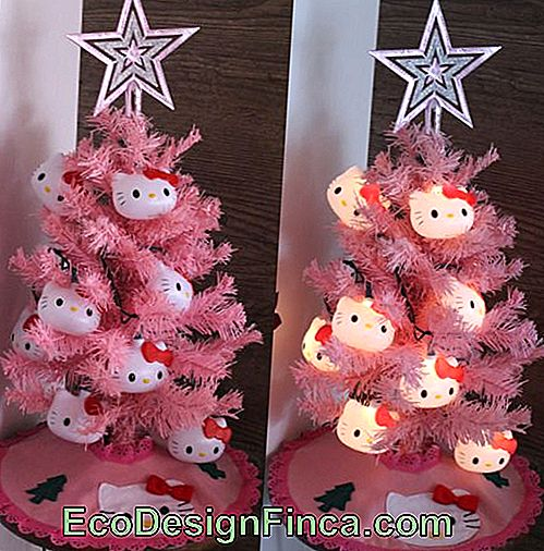 Mini roze kerstboom met Hello Kitty decoratie