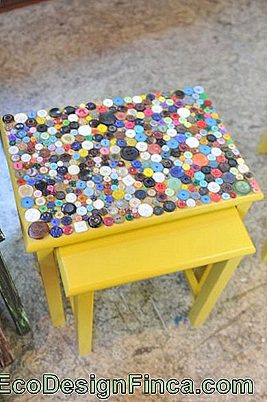 table basse artisanale avec boutons