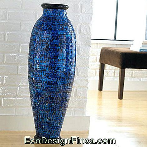 grand vase bleu au sol du salon