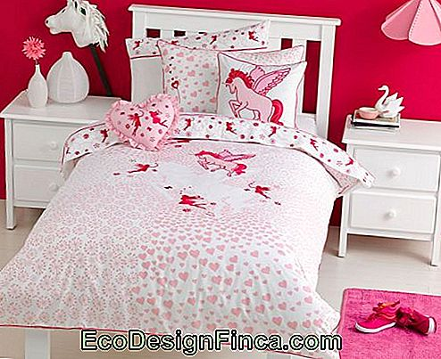 Room in shades of pink and red of unicorn