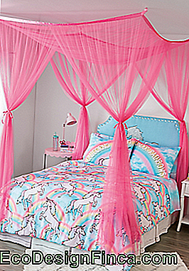 Pink poster bed and unicorn decoration