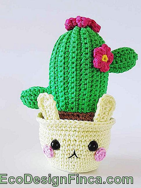 For those who have not yet fallen in love with amigurumis, this mini cactus is the last opportunity