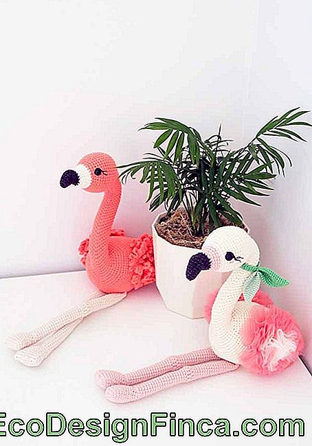 Flamingos: an icon of the current decoration in the amigurumi version