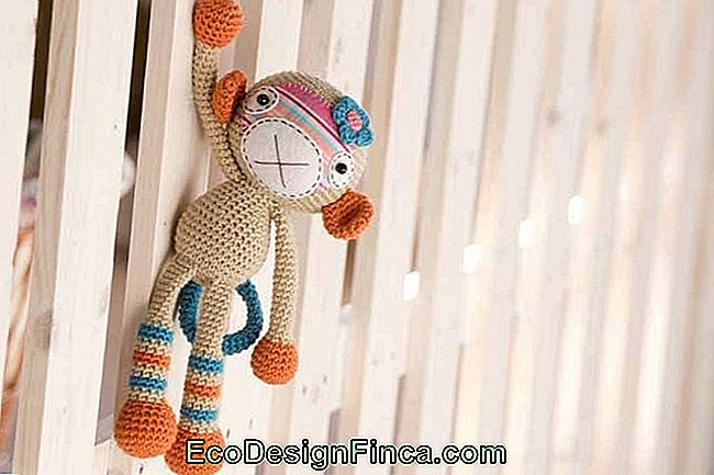 Complete the amigurumi with buttons and fabric