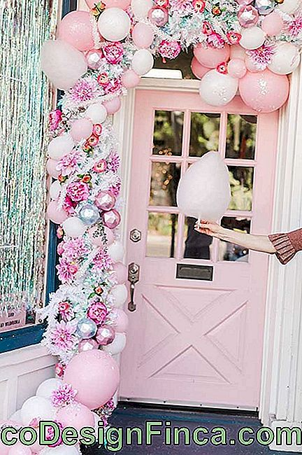 The entrance door was all romantic with the deconstructed bladder arch delicate pink