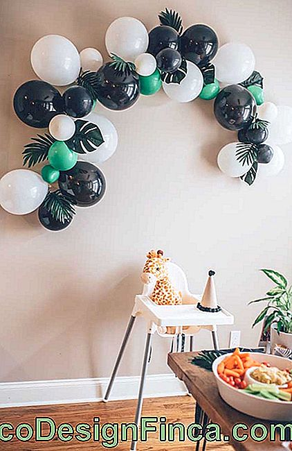 Simple bladder bow on wall for small party