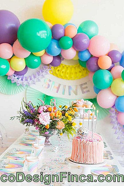 Birthday table with colored bladder bow in the background