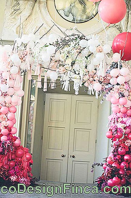 The entrance to this party won an elegant bladder bow, decorated with floating branches and balloons