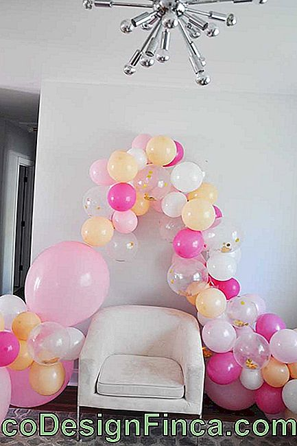 The bow of bladders transformed the simple armchair into the ideal place for the photos of the party