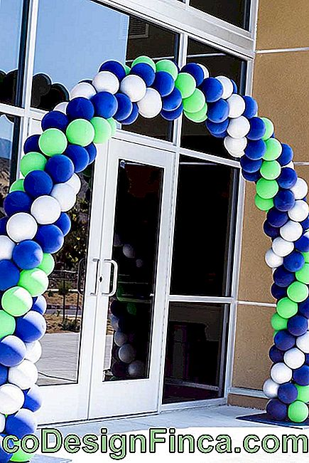 The corporate event won a large bladder bow for the entrance with the brand colors