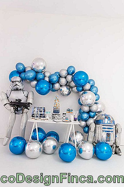 Metallic balloons perfectly matched the futuristic theme of party decoration