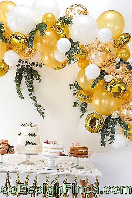 The decor of the wedding party was enhanced by the deconstructed bow made of gilded metallic balloons