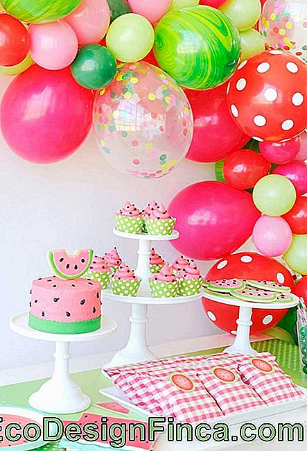 The watermelon-themed party brought a bow of bladders in the same shades of the table