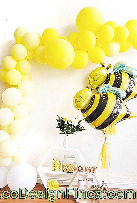 Little deconstructed bladder bow to the party table with bee theme