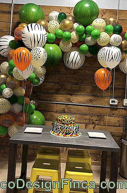 The children's party with safari theme counted with bow of bladders in the colors and prints of the party