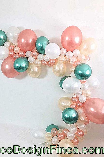 Another inspiration of deconstructed bow with metallic and transparent balloons, remembering, even, a necklace of pearls