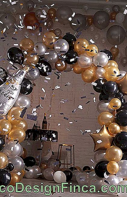Blessing bow inspiration for the New Year with three colors of metallic and transparent balloons