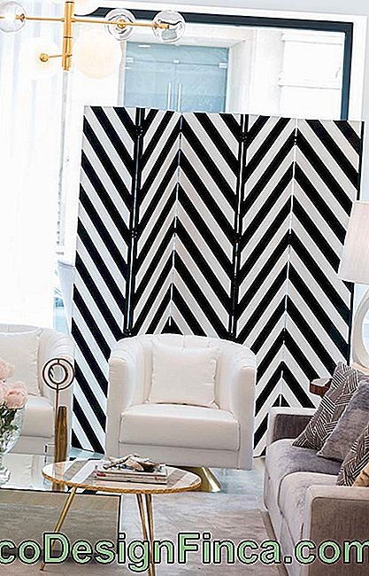 Decorative screen with zigzag pattern