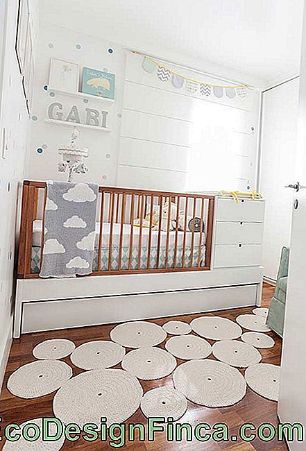 Irregular and different carpet in baby room decor