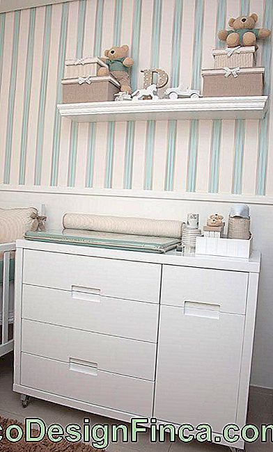 Baby room con carta da parati a righe