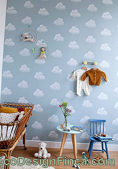 Baby room decorata con carta da parati blu