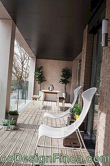 Glass balcony with sun loungers: ideal inspiration for hot summer days