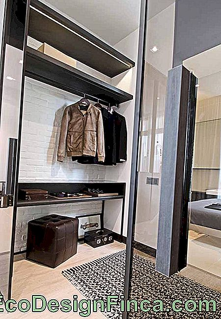 In that closet, the black was used on the white base; the brown tones give a masculine touch to the place