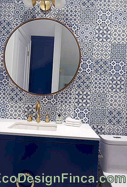 Blue bathroom with Portuguese tiles