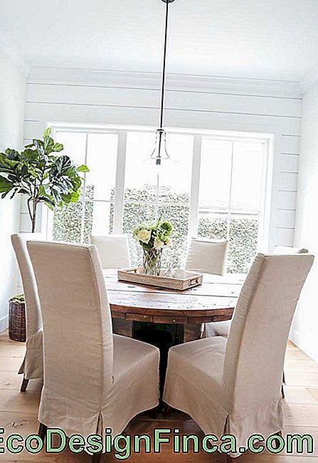 Look at that interesting composition: the rustic reel table formed a lovely set with the classic upholstered chairs
