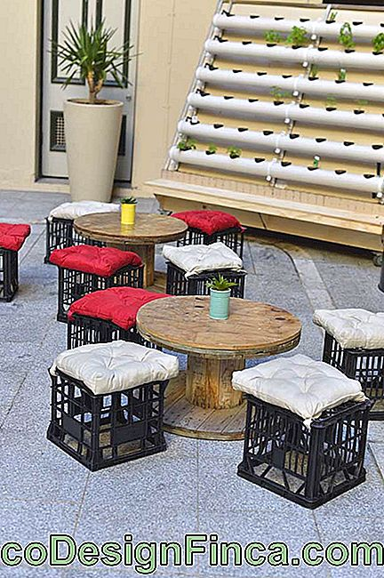 Public and social spaces combine very well with reel tables; to complete, plastic crate benches were included