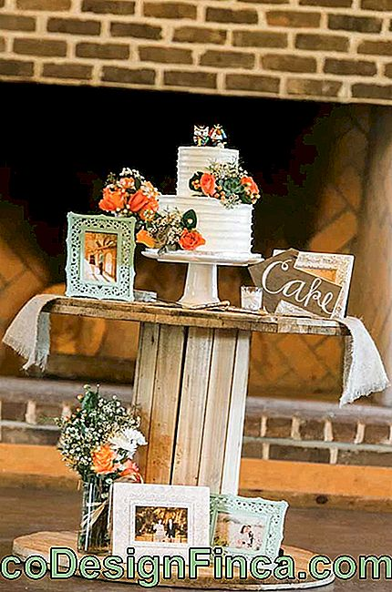 At the wedding party, the reel table turned the cake table