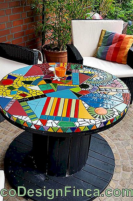 Beautiful, creative and playful: this reel table bet on the use of colored mosaics on the top