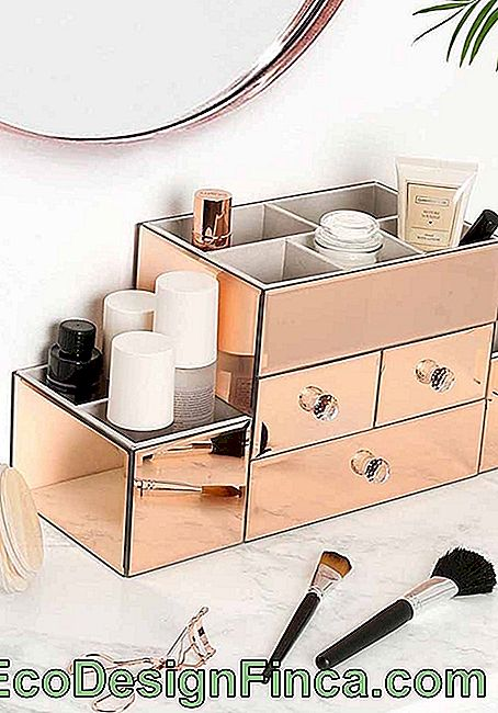 For cosmetics and makeup a glamorous and fashionable organizer box, rosé gold