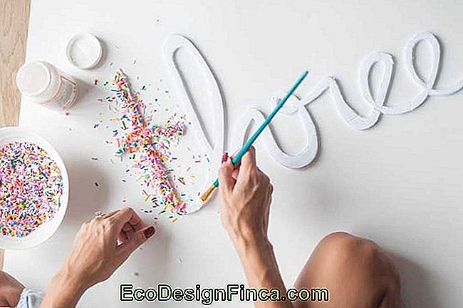 Use creativity and decorate your letters with whatever you want; the tip here was to use colored granules fixed with white glue