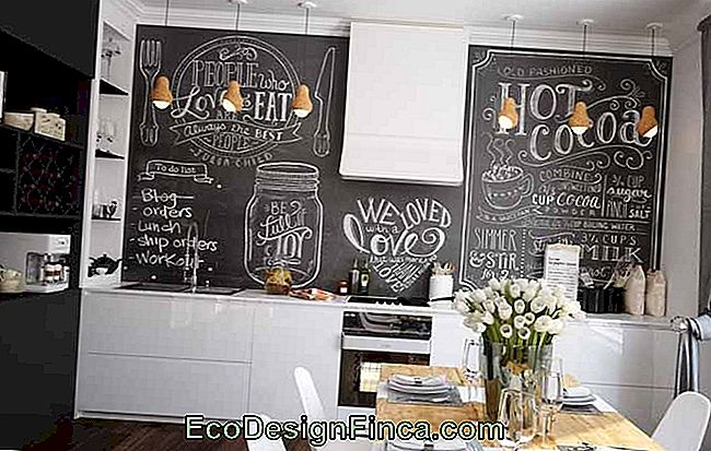 The black and white kitchen bet on a chalkboard to chill out