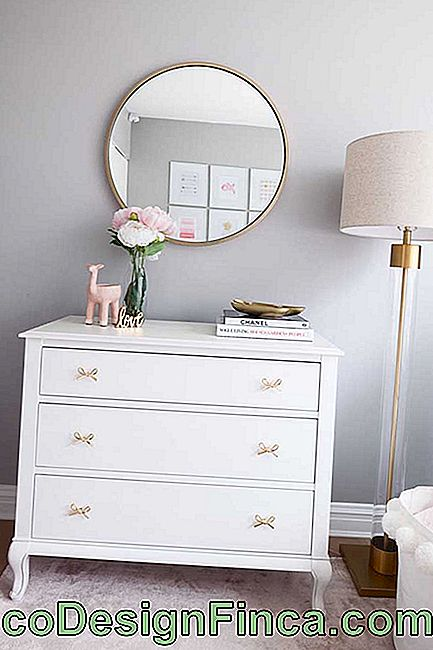 And how about a white baby dresser to form a romantic and delicate decor, like this little room?