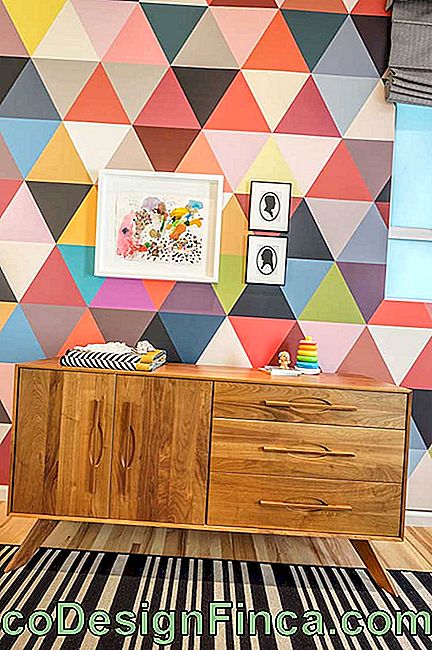 For this baby room full of personality, the option was for a wooden dresser in retro style