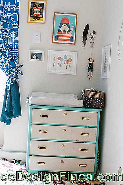 Blue, white and gold: three colors to cherish the baby's small dresser