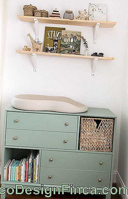 What a charm this green chest of drawers with open niches; besides the different color, the model also surprises
