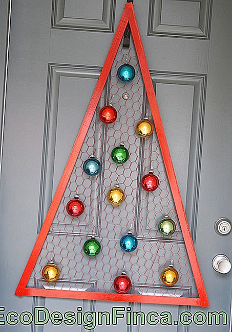 Ding-dong: Christmas ornaments for entry doors