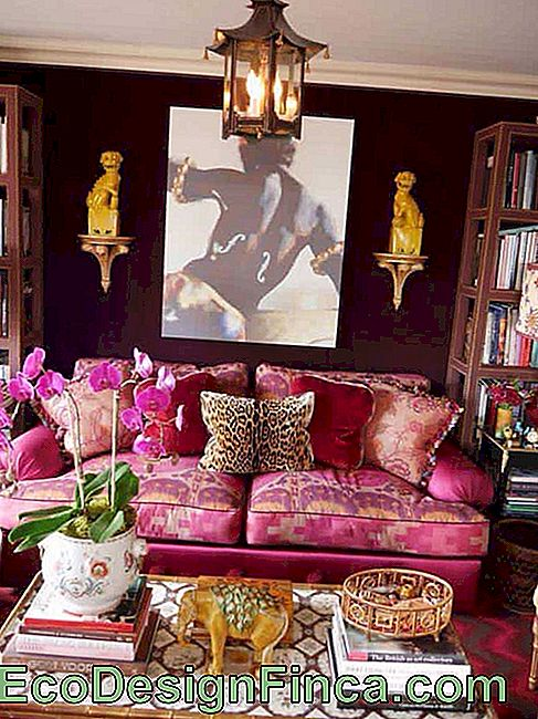 A little more daring, this sofa bet on a jacquard pink rose with pattern that mixes lilac and yellow