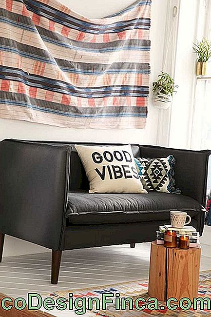Black sofa in suede: even small, the upholstery fulfills with its aesthetic role in the room