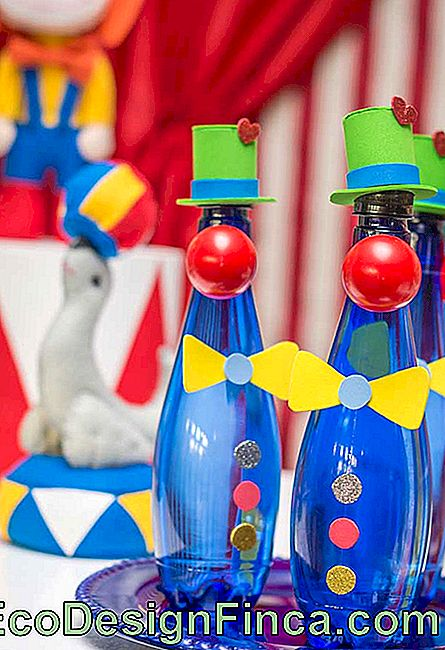 Look at that original idea to make the decoration of the bottles of drinks of the circus theme party.