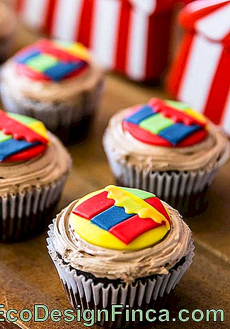 Use American pasta to decorate the top of the cupcakes with elements that are part of the circus universe.