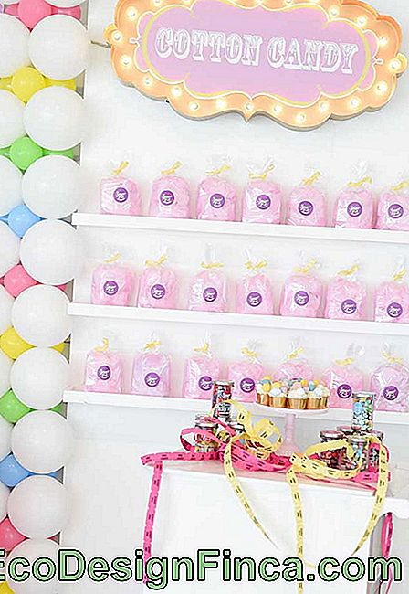 Look what a wonderful idea to organize the cotton candy packages of the party.