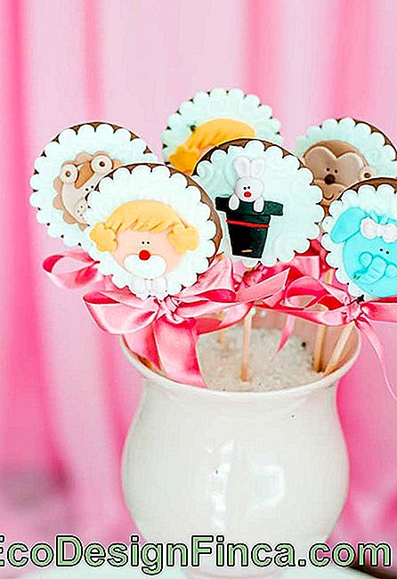 Look how these chocolate lollipops looked beautiful. You can customize them with American Binder.