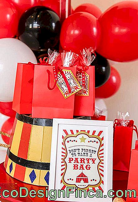 A good packaging option for circus souvenirs are the red bags with a personalized label.
