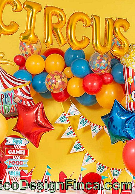 Colorful balloons can not miss in the circus theme party.