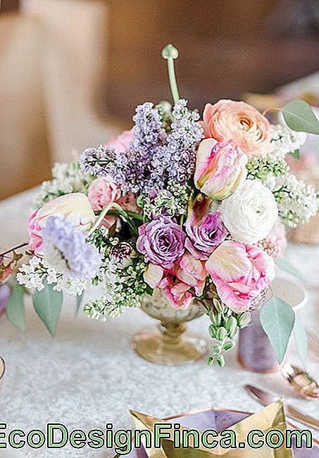 A simple and colorful arrangement for the table made with hydrangeas, lisianthus and mosquito