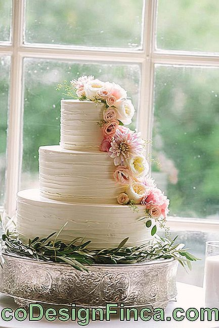 Wedding flowers: the delicacy of lisianthus flowers to decorate the cake